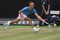 El tenista español Rafael Nadal devuelve una bola durante su partido de cuartos de final del torneo de tenis de Stuttgart (Alemania), disputado contra el australiano Bernard Tomic, hoy, viernes 12 de junio de 2015. EFE/Marijan Murat
