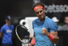 El tenista español Rafael Nadal, durante su partido de cuartos de final del torneo de tenis de Stuttgart (Alemania), disputado contra el australiano Bernard Tomic, hoy, viernes 12 de junio de 2015. EFE/Marijan Murat