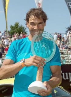 Rafael Nadal of Spain poses with his trophy after winning the final match against Viktor Troicki of Serbia at the ATP tennis tournament in Stuttgart, Germany, 14 June 2015. (Tenis, Alemania, España) EFE/EPA/MARIJAN MURAT