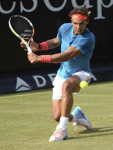 El tenista español Rafael Nadal devuelve la pelota al chipriota Marcos Baghdatis durante el partido de la segunda ronda del torneo de Stuttgart en Stuttgart, Alemania, hoy, jueves 11 de junio de 2015. EFE/Marijan Murat