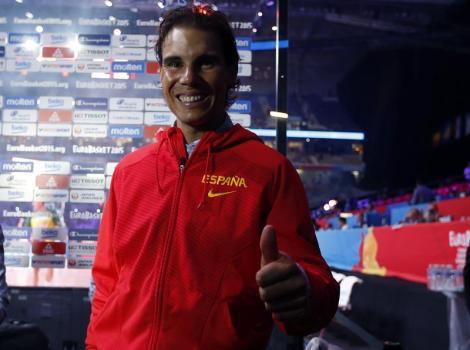El tenista Rafael Nadal en el estadio Pierre Mauroy de Lille (Francia) momentos antes de asitir al partido de la final del Europeo 2015 que España y Lituania disputarán esta tarde. EFE/Juan Carlos Hidalgo