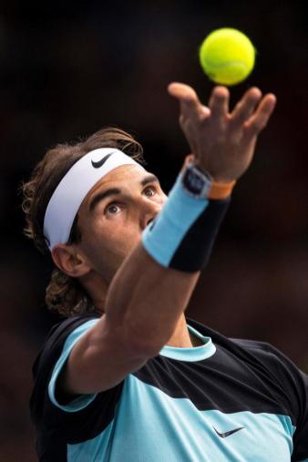El tenista español Rafael Nadal sirve la bola al checo Lukas Rosol, durante el partido de segunda ronda del Masters 1.000 de París, Francia, el 4 de noviembre del 2015. EFE/Etienne Laurent