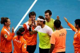 El tenista español Rafael Nadal (c), del equipo Indian Aces, celebra con sus compañeros tras vencer en el equipo de dobles masculino durante la segunda vuelta de la Premier League Internacional de Tenis (IPTL) en el pabellón Mall of Asia Arena de Manila (Filipinas) hoy, 8 de diciembre de 2015. La liga reúne a cinco equipos con tenistas tanto en activo como retirados. EFE/Francis R. Malasig