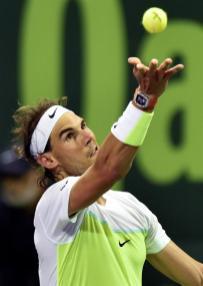 El tenista español Rafael Nadal saca ante el ucraniano Illya Marchenko durante la semifinal del torneo de tenis de Doha, Catar hoy 8 de enero de 2016. Nadal se impuso por 6-3 y 6-4 y se enfrentará al ganador de la otra semifinal entre el serbio Novak Djokovic y el checo Tomas Berdych. EFE