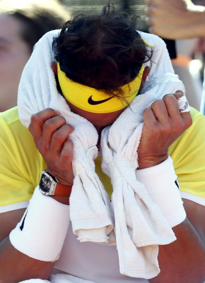 Spain's Rafael Nadal covers his face with a towel during a break of his tennis match against Italy's Paolo Lorenzi at the ATP Argentina Open in Buenos Aires, February 12, 2016. REUTERS/Marcos Brindicci