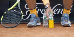 El tenista español Rafael Nadal coloca con esmero su botellas de líquido durante su partido contra su compatriota Albert Montañes, de octavos de final del Barcelona Open Banc Sabadell-Trofeo Conde de Godó, jugado esta tarde en las instalaciones del Real Club Tenis de Barcelona. EFE/Andreu Dalmau