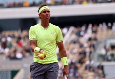epa07632390 Rafael Nadal of Spain plays Roger Federer of Switzerland during their men's semi final match during the French Open tennis tournament at Roland Garros in Paris, France, 07 June 2019. EPA/SRDJAN SUKI