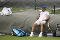 epa07674702 Rafael Nadal of Spain takes a break during a training session at the All England Lawn Tennis Championships in Wimbledon, London, Britain, 26 June 2019. The Wimbledon Tennis Championships 2019 will be held in London from 01 July to 14 July 2019. EPA-EFE/PETER KLAUNZER EDITORIAL USE ONLY; NO SALES, NO ARCHIVES