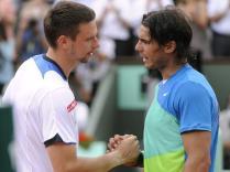 """Nadal efface le souvenir de 2009 en dominant nettement le Suédois en trois sets. Il redevient ainsi numéro mondial et signe un """"Grand Chelem rouge"""" inédit: victoire dans les trois Masters 1000 sur terre et à Roland-Garros au cours du même printemps."""