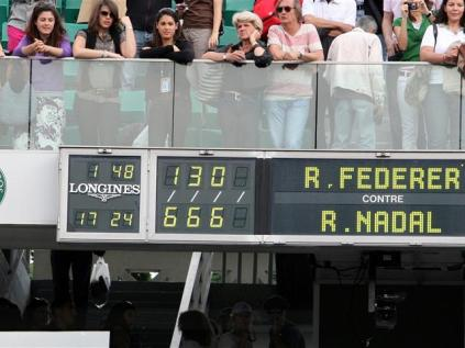 Roland-Garros 2008. la punition. Déjà vainqueur de Federer les trois années précédentes à Paris, dont deux fois en finale, Nadal s'impose à nouveau contre le Bâlois. Cette fois, il n'a pas besoin de quatre sets. Trois suffisent. Federer n'inscrit que quatre jeux, encaissant même un cinglant 6-0.