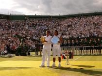 Sur un Centre court de Wimbledon dévasté par les travaux d'aménagement du toit, Roger Federer et Rafael Nadal prennent la pose après le 5e titre anglais du Suisse. Comme en 2006, Nadal a cédé. Mais il est passé tout près, ne s'inclinant qu'en cinq manches.