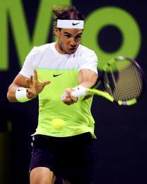 El tenista español Rafael Nadal devuelve la bola al ruso Andrey Kuznetsov durante su partido de cuartos de final del torneo de tenis de Doha en el Khalifa Tennis Complex, Catar, hoy 7 de enero 2016. EFE