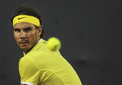 El tenista español Rafael Nadal devuelve una bola contra su compatriota Nicolás Almagro hoy, jueves 18 de febrero de 2016, durante el torneo Rio Open de Tenis, en la ciudad de Río de Janeiro (Brasil). EFE/ Antonio Lacerda
