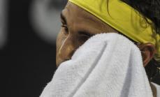 El tenista español Rafael Nadal se seca el rostro antes de un servicio ante su compatriota Nicolás Almagro hoy, jueves 18 de febrero de 2016, durante el torneo Rio Open de Tenis, en la ciudad de Río de Janeiro (Brasil). EFE/ Antonio Lacerda