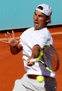 El tenista español Rafael Nadal durante el entrenamiento realizado hoy en las instalaciones de la Caja Mágica, donde prepara su participación en el Mutua Madrid Open de Tenis. EFE/Chema Moya