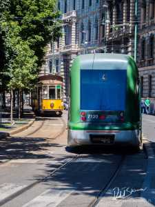 Przedstawiciele dwóch różnych epok w historii Mediolańskich tramwajów.