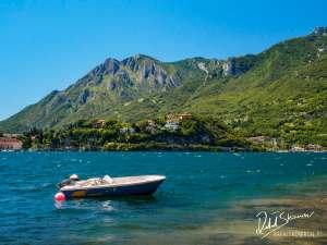 Motorówka na Jeziorze Como w Lecco z gorami w tle
