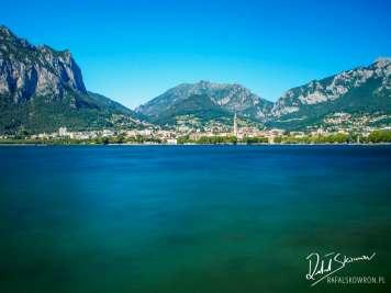 Lecco nad jeziorem Como z górami w tle