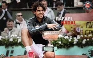 (KIKA) - PARIGI - Rafael Nadal si e' aggiudicato il trofeo Roland Garros battendo l'avversario Novak Djokovic. Il match tra il maiorchino e il serbo era già' stato rinviato a causa del brutto tempo, un problema non tanto per gli atleti ma per la copertura mediatica dell'evento. Ieri Nadal ha impiegato quattro set per salire sul gradino più alto del podio.