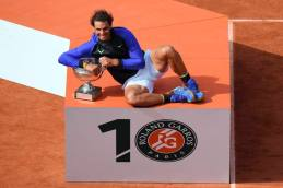 Spain's Rafael Nadal poses with the trophy after winning the men's final tennis match against Switzerland's Stanislas Wawrinka at the Roland Garros 2017 French Open on June 11, 2017 in Paris. / AFP PHOTO / GABRIEL BOUYS