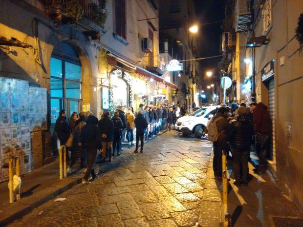 Le migliori pizzerie di Napoli: in attesa per la pizza di Starita