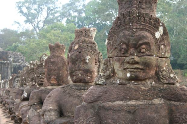Statue all'entrata di Angkor Wat