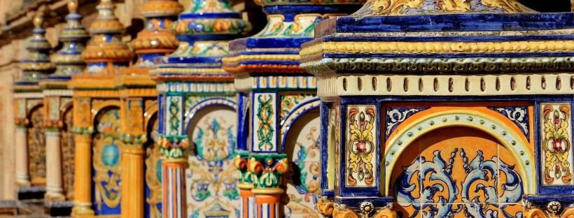 Dettaglio delle sedute in ceramica di Piazza di Spagna a Siviglia