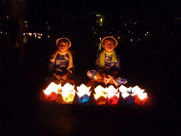 Venditori di lanterne galleggianti a Hoi An