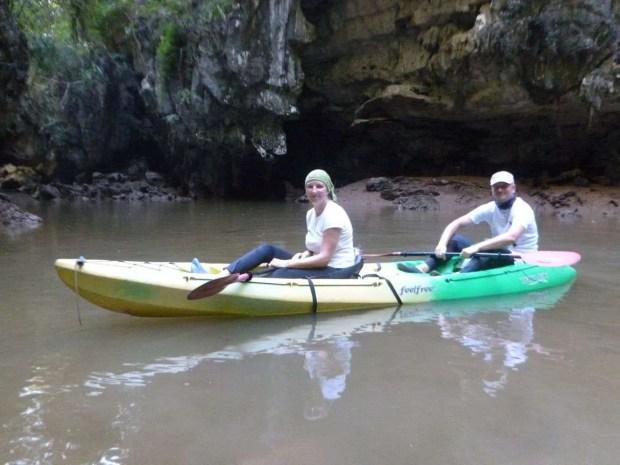Kayak nella foresta delle mangrovie