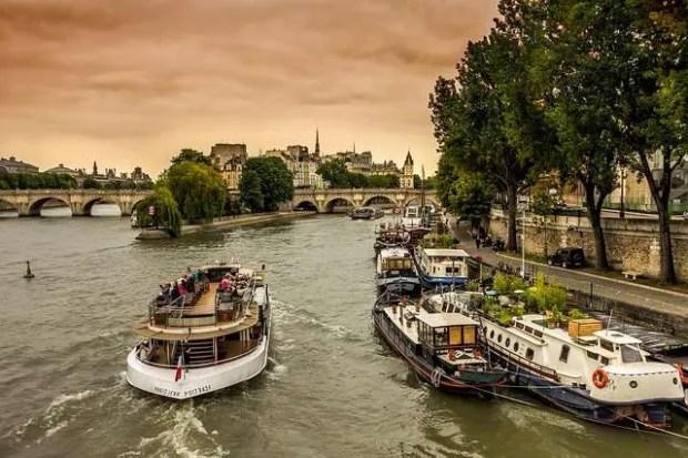 Cosa fare a Parigi: navigare lungo la Senna