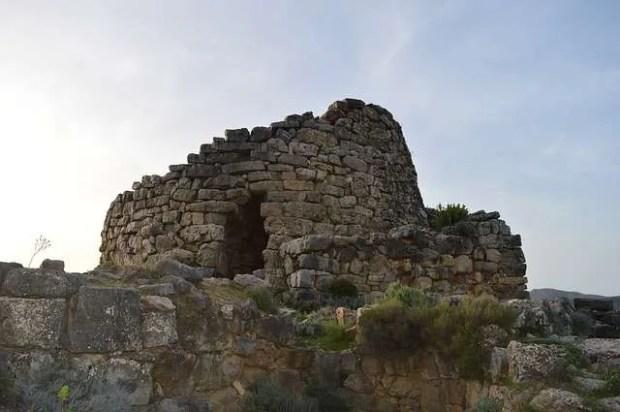 Vacanza in Sardegna: tipico nuraghe