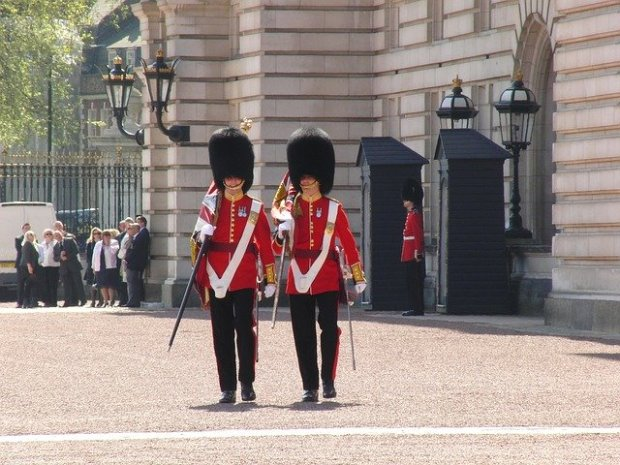Londra low cost: il cambio della guardia a Buckingham Palace