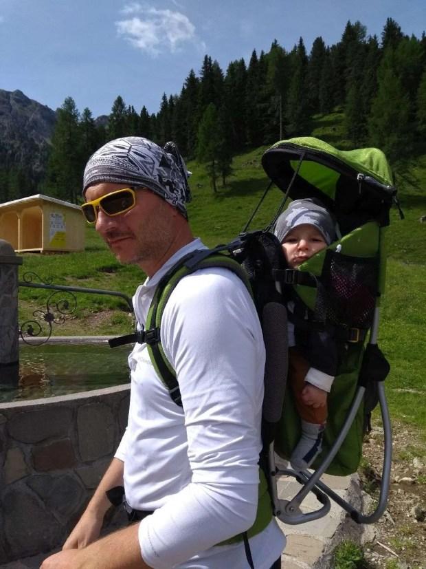 In Val Monzoni con lo zaino porta-bimbo