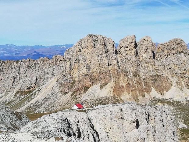 La sella su cui sorge il rifugio Alpe di Tires