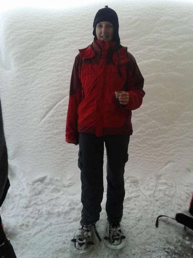 Pausa tè caldo durante un'escursione con le ciaspole