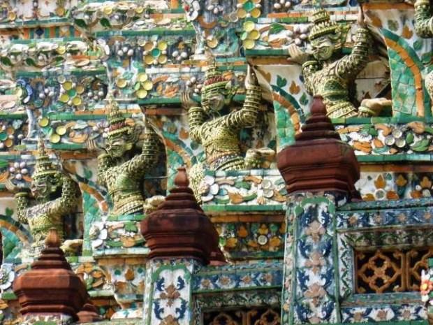 La variopinta decorazione dei templi di Bangkok