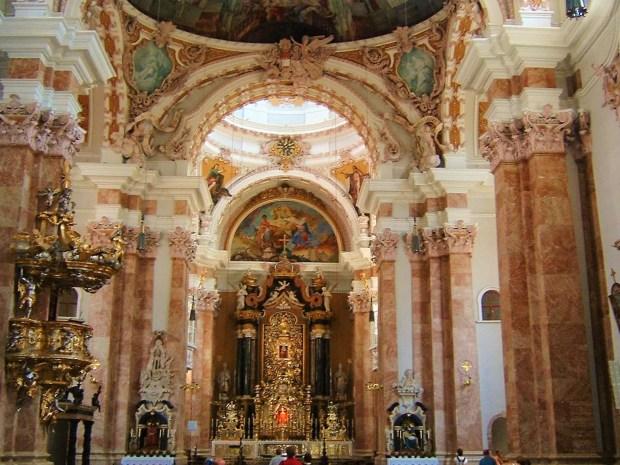 L'interno della Cattedrale di Innsbruck