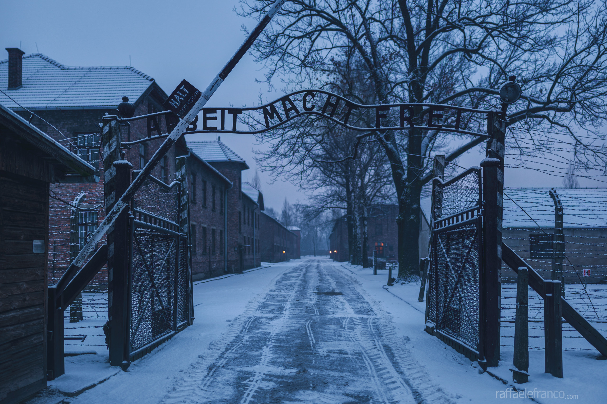 """Il cancello di ingresso di Auschwitz I con la famosa scritta """"Arbeit Macht Frei"""""""