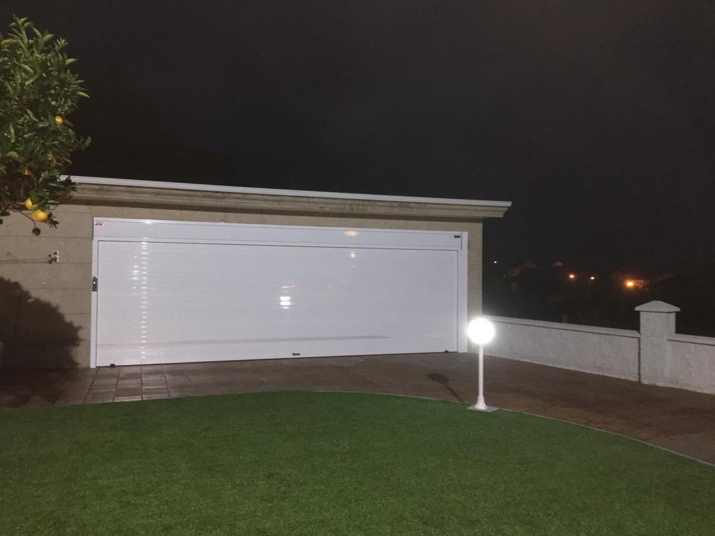 Puerta enrollable Collbaix blanca