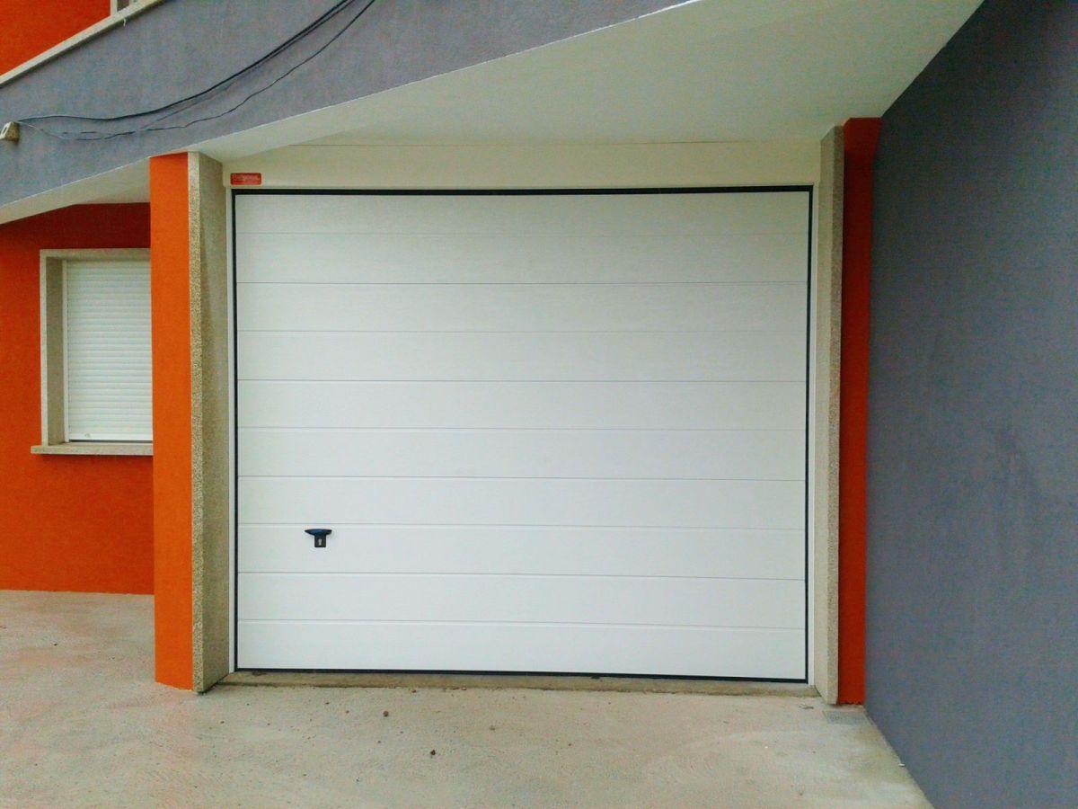 Puerta seccional ISO-45 con panel acanalado