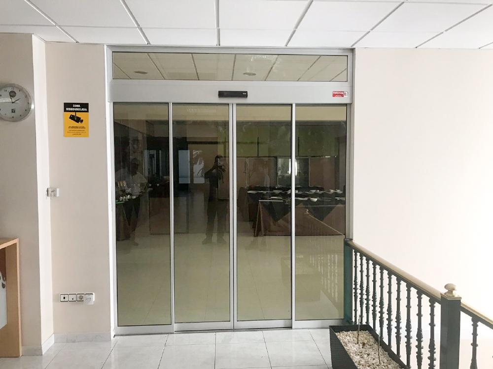 Puerta automática Geze de cristal