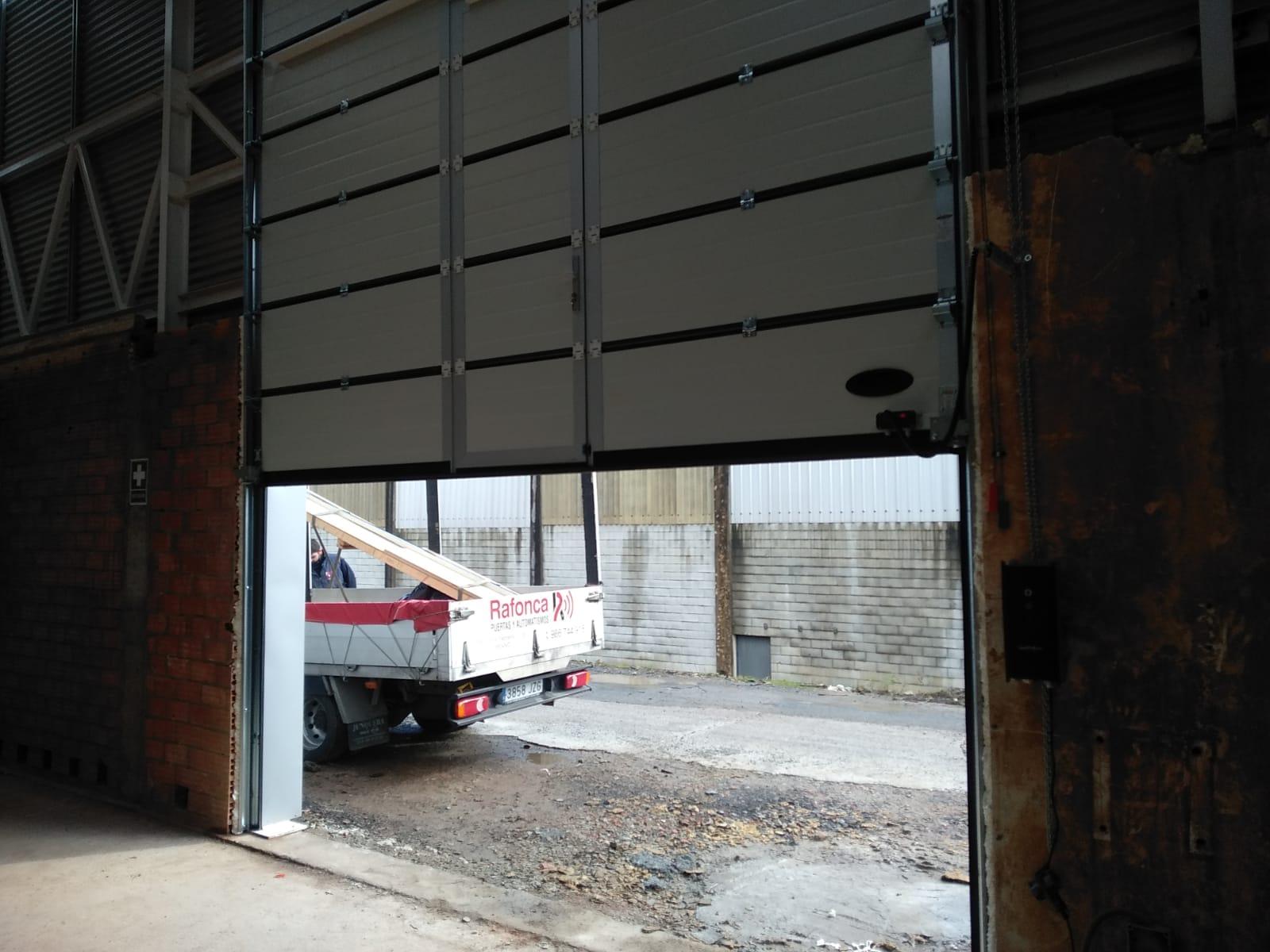Puerta seccional industrial Novoferm ISD-2 Thermo 45 instalada en Padrón (A Coruña) 1