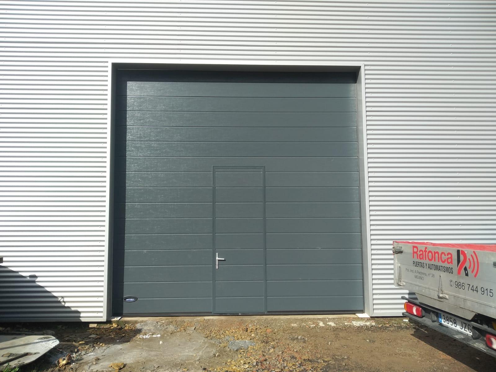 Puerta seccional industrial Novoferm ISD-2 Thermo 45 instalada en Padrón (A Coruña) 2