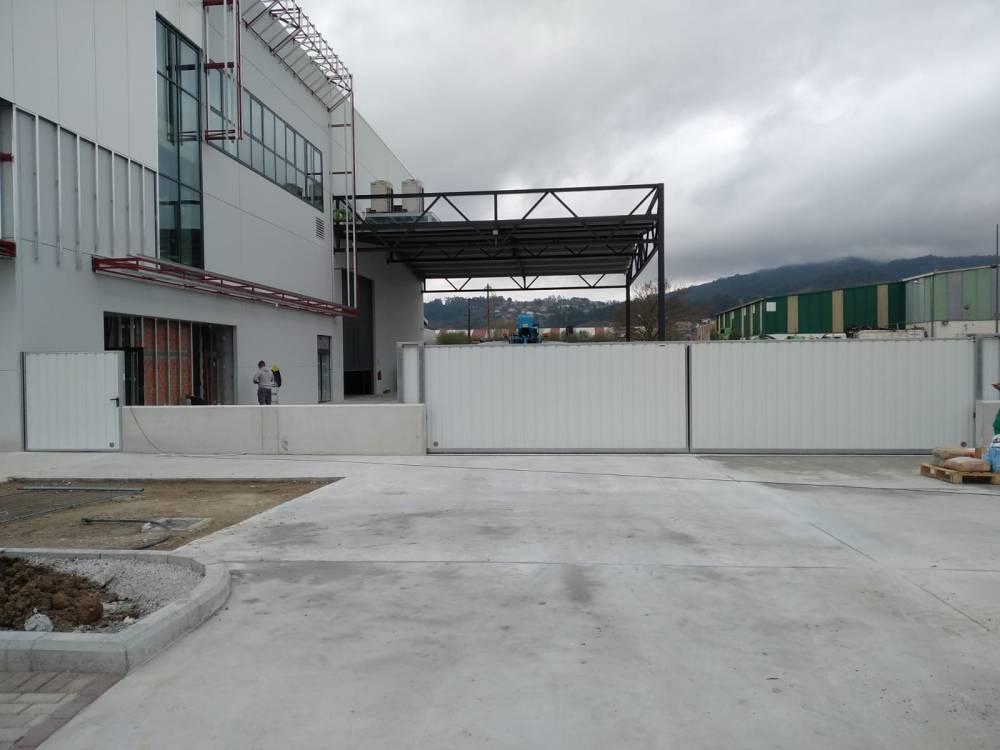 Portales corredera y batiente industriales instalados en Nigrán (Pontevedra) 1