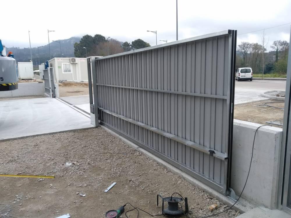 Portales corredera y batiente industriales instalados en Nigrán (Pontevedra) 2