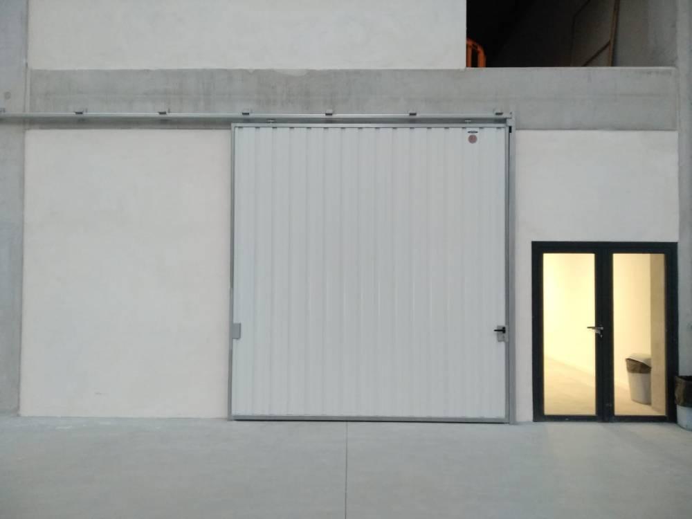 Portales corredera y batiente industriales instalados en Nigrán (Pontevedra) 8