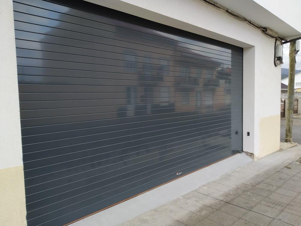 Puerta enrollable para garaje Collbaix instalada en Noia 5