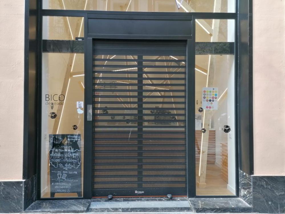 Espectacular puerta Collbaix Duet con fijos de cristal instalada en nueva heladería en Madrid 2