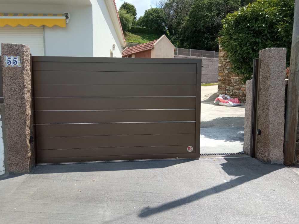 Portal corredera y puerta peatonal de aluminio instalados en Noalla (Sanxenxo) 4