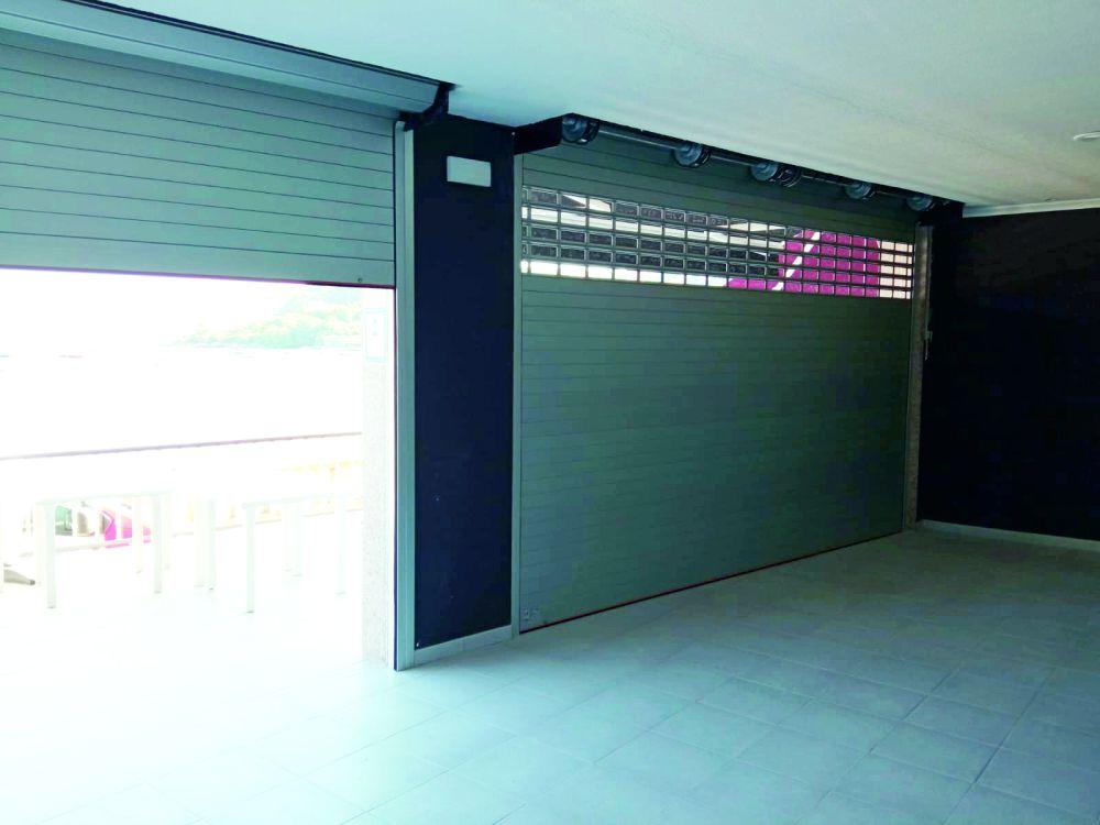Puertas enrollables Collbaix para cierre de local de hostelería en Raxó (Poio) 5
